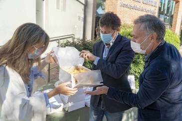 Emprendedores gastronómicos entregaron regalos al Hospital Central