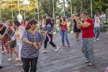 Los vecinos bailan y se divierten en las clases gratuitas de folklore