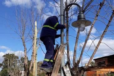 Benavídez: El Municipio coloca más luminarias en distintos puntos de la localidad